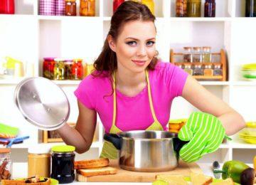 Хозяйка готовит джем