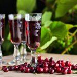 Несколько рецептов как сделать вишневое вино в домашних условиях, в том числе рецепт без водки